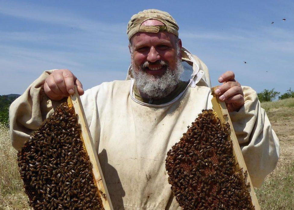 L'apidologo e apicoltore Paolo Fontana