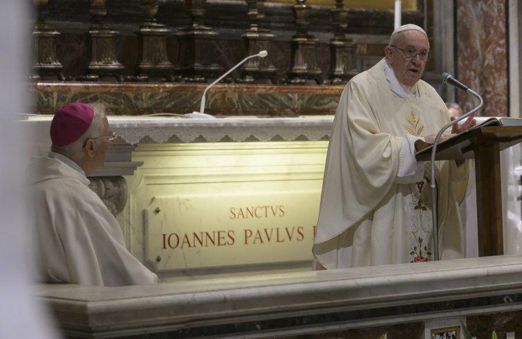 Il Papa sulla tomba di Giovanni Paolo II (foto Sir)