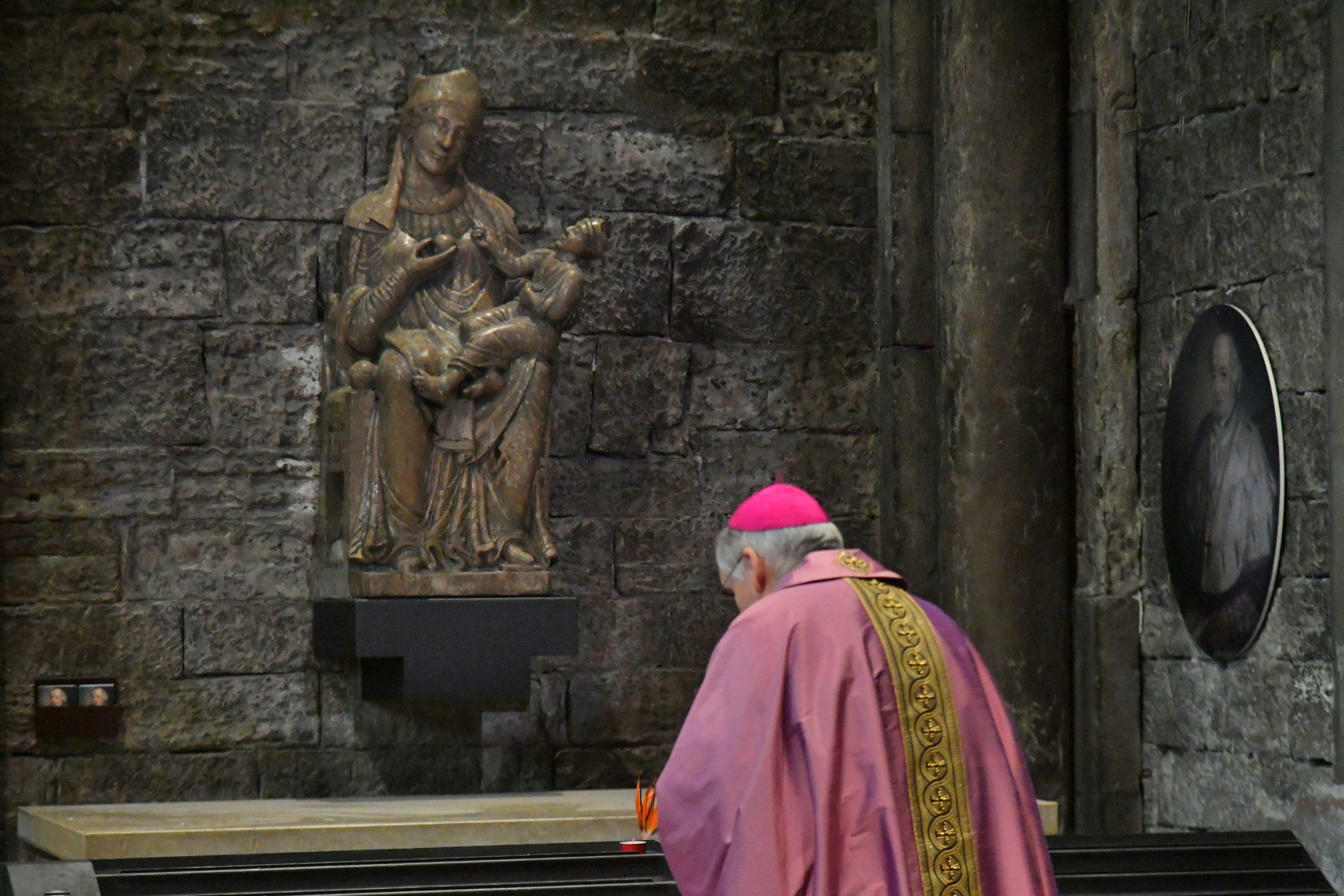 In pregheira davanti alla statua della Madonna degli annegati in Duomo a Trento (foto Zotta)