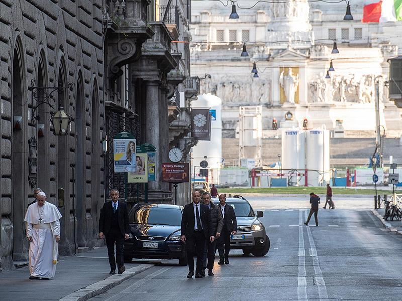 Papa Francesco in via del Corso