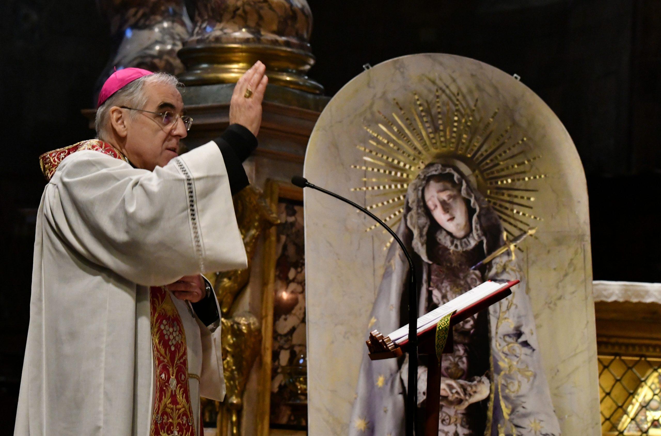 Mons. Tisi in preghiera davanti all'immagine della Madonna Addolorata (foto Zotta)