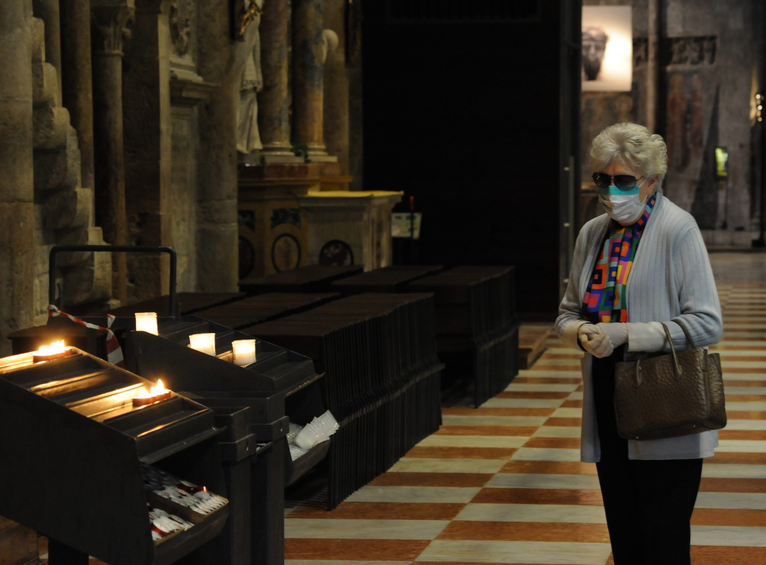 Rientrano i fedeli in chiesa (foto Zotta)