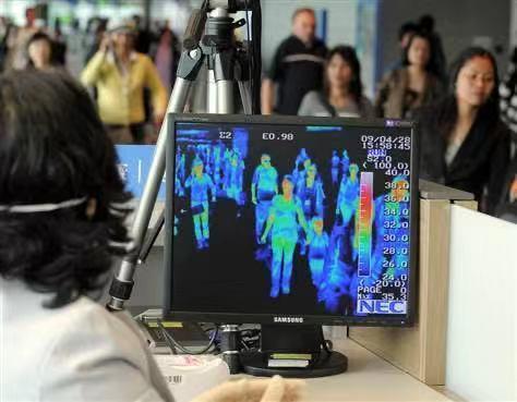 Coronavirus: controlli con lo scanner termico all'aeroporto di Shangai