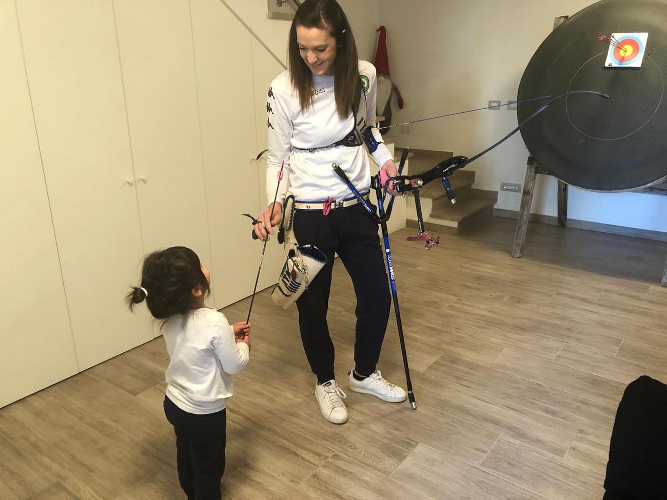 Elena nella sua stube assieme alla figlia Giulia