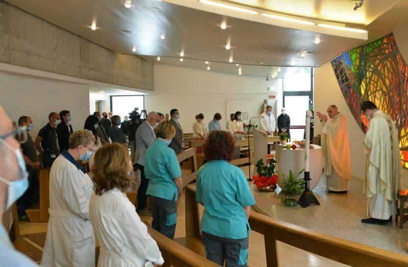 L'arcivescovo Lauro Tisi celebra la s. Messa nella cappella dell'ospedale s. Chiara di Trento (foto di Gianni Zotta)