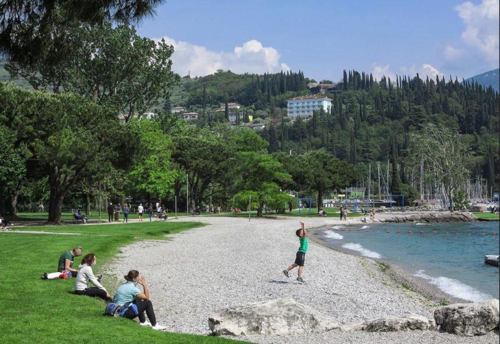 La spiaggia dei Sabbioni di Riva (foto Salvi)
