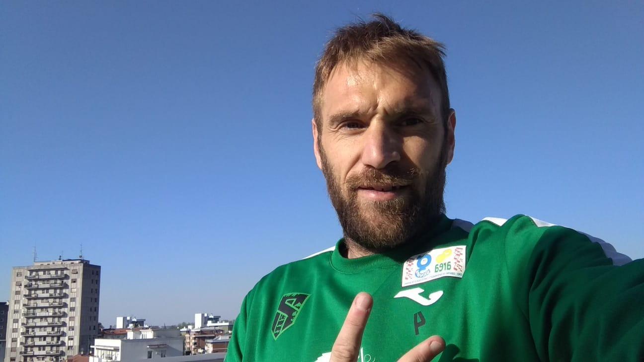 """Mirko Stefani dalla terrazza all'ultimo piano del suo condominio, in queste settimane di quarantena il suo """"campo"""" di allenamento"""