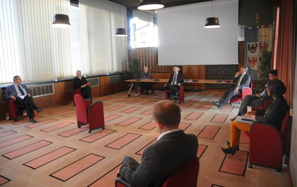 Una riunione dei capigruppo – a distanza - in Consiglio provinciale. Foto Zotta