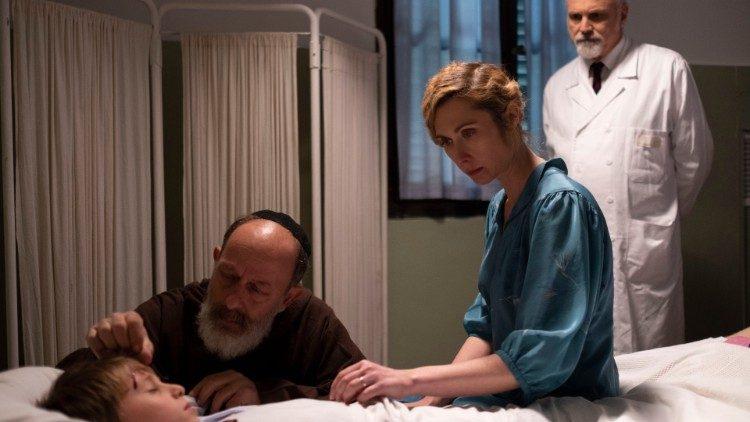 """Un'inquadratura del film """"Sulle mie spalle"""" che racconta la figura di padre Leopoldo attraverso le vicende delle persone che lo hanno incontrato"""