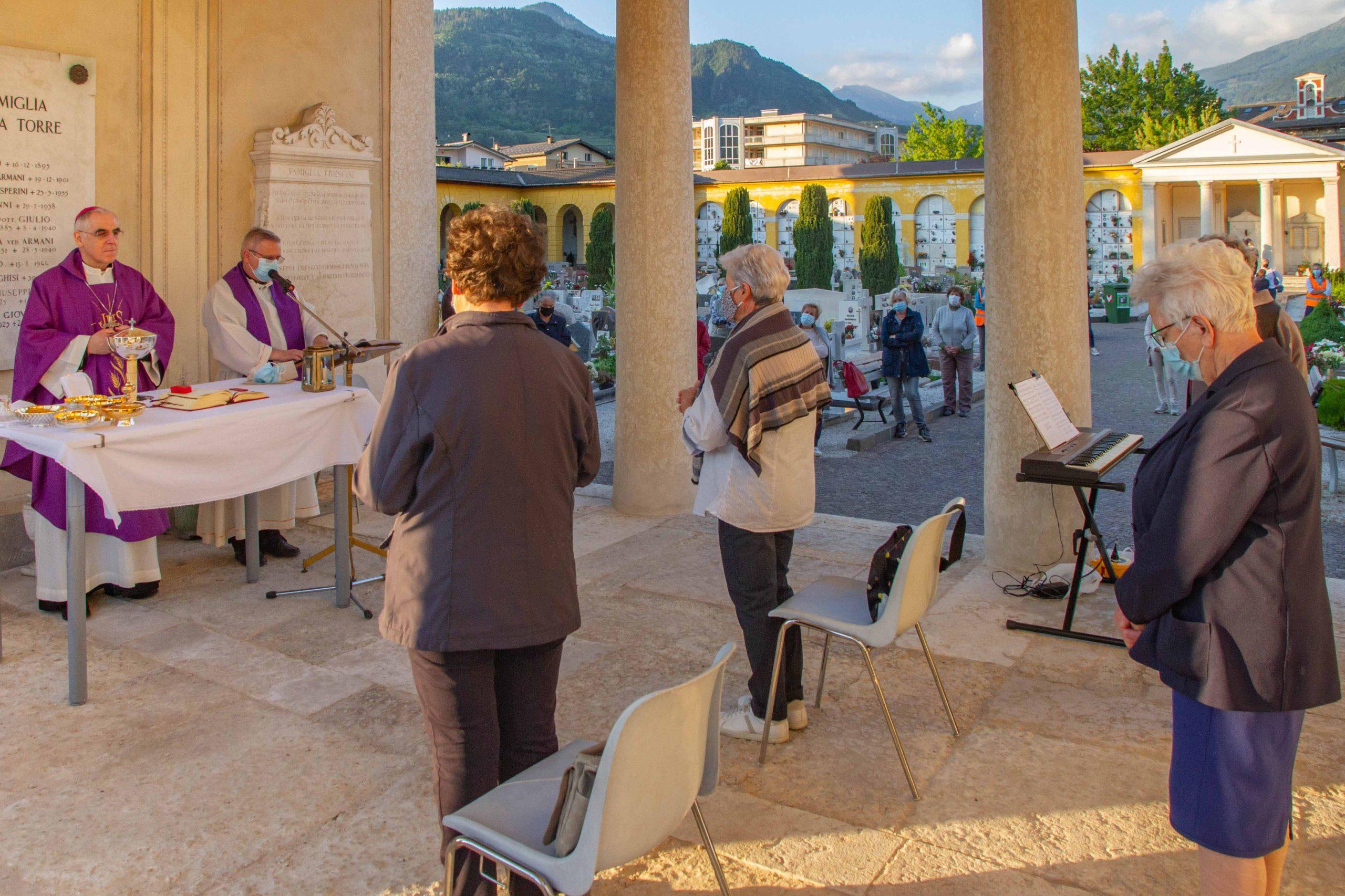 Il vescovo Lauro celebra la Messa sul cimitero di Pergine