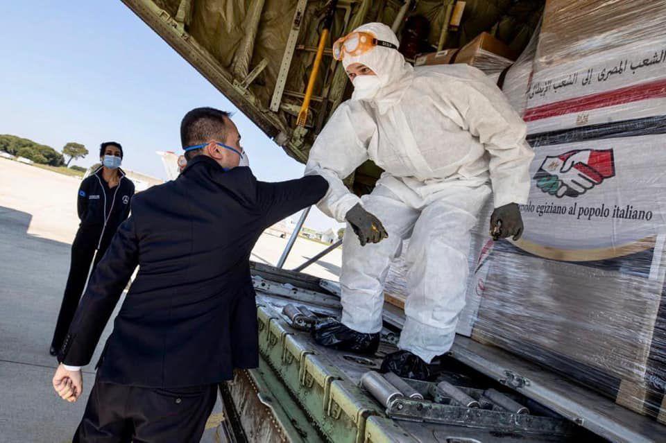 Pratica di Mare, 4 aprile 2020: il ministro degli Esteri Luigi Di Maio accoglie il volo con gli aiuti sanitari donati dall'Egitto