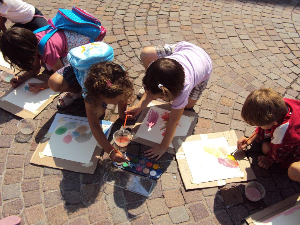 bambini disegnano
