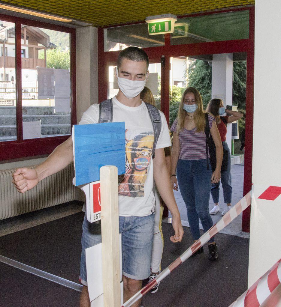 Misurazione della temperatura al Liceo della Montagna di Tione. Foto (c) Udalrico Gottardi