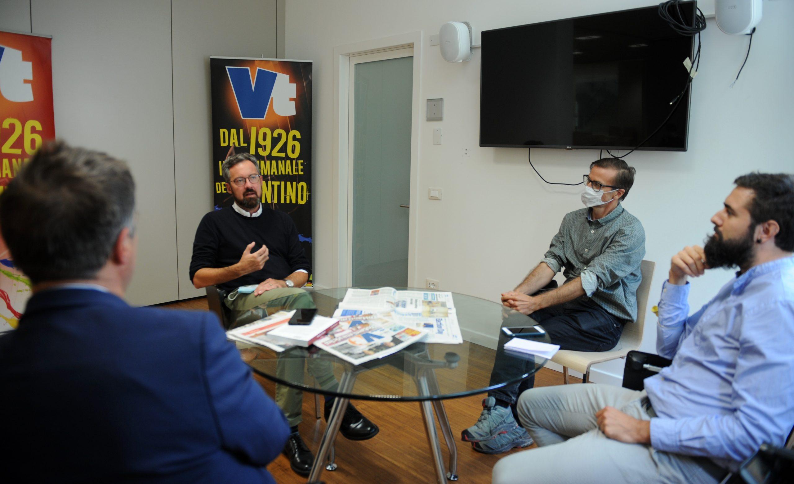 Il sindaco Franco Ianeselli nella redazione di Vita Trentina. Foto Zotta