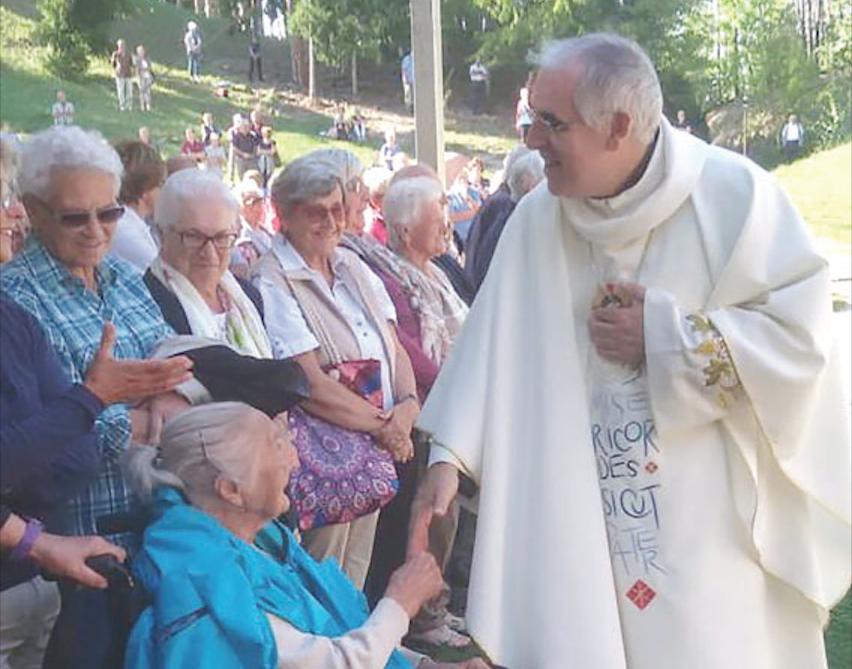 don Lauro Tisi con anziani