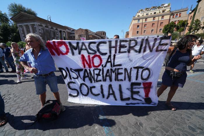 Una manifestazione di negazionisti della pandemia (foto Agenzia Dire)