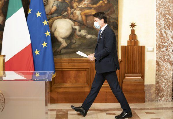 Il Presidente del Consiglio Giuseppe Conte ha illustrato in conferenza stampa le nuove misure per il contenimento dell'emergenza da Covid-19. Foto governo.it