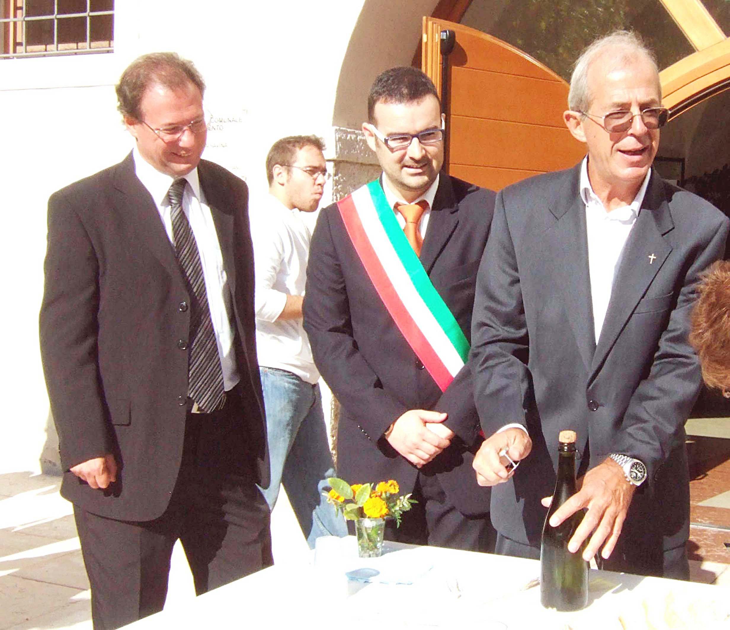Don Gianni al suo arrivo a Ravina nel 2009, stappa lo spumante di benvenuto assieme a Stanchina e Andreatta